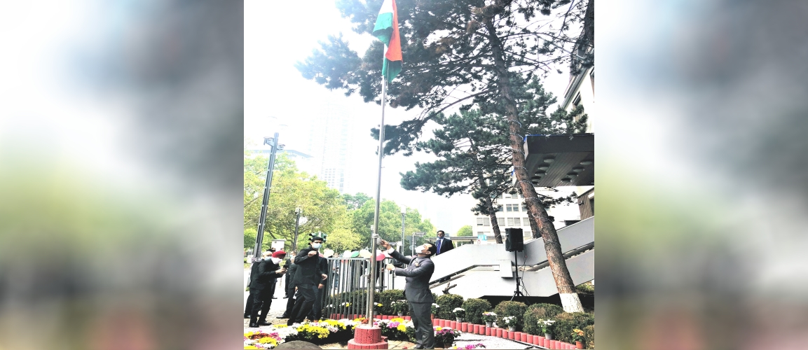 Consul General Dr. Amit Telang unfurling the National Flag on the occasion of the 74th Independence Day of India