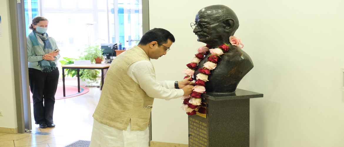 Consul General offering floral tribute at the bust of Gandhiji at Peace Research Institute, Frankfurt on the occasion of Gandhi Jayanti 2020.